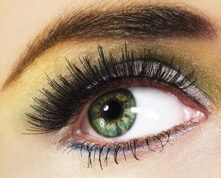 длинные ресницы украшают зеленые глаза
