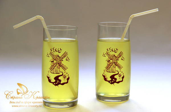 два стакана апельсинового напитка