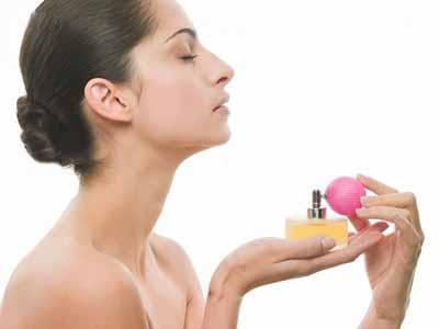 наносит парфюм без ошибок